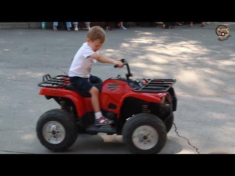 Дети и машина. Зоопарк. Катаются на игрушках машинках, смотрят на зверей. МанкитуТайм
