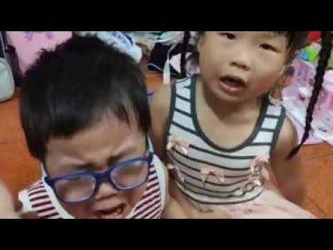 弟弟玩姐姐的娃娃屋,還說娃娃屋是他買的,姐姐買的是火車,然後就被姐姐弄哭哭了