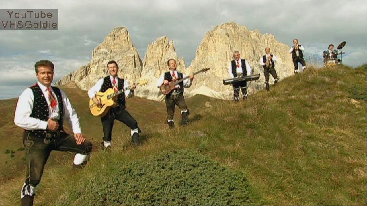 """Nuevo ascenso de temperaturas. Podremos llegar a los 18ºC de máxima. El sol se dejará ver con algunas nubes altas y medias. Hoy tendremos sol pero con algunas nubes. Hay quien, de forma poética, ve las nubes como """"las lágrimas del sol"""" y eso es precísamente los que nos van a cantar los Kastelruther Spatzen, un grupo musical del sur del Tirol, en el norte de Italia, que han ganado muchos honores y premios por su estilo de música folklórica. La primera palabra en el nombre del grupo se refiere a su ciudad natal de Kastelruth. Aquí los cantan """"Die Tränen der Sonne"""" (Las lágrimas del sol)"""