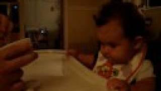 Zacharie Cloutier comiendo cereal