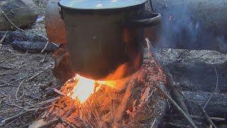 Как приготовить уху. Рыбалка. Тайга. Охота.(Уха в тайге. Кладем почищенный картофель и ставим на огонь, как только вскипело, кладем 4 горсти вермишели..., 2016-06-07T14:04:24.000Z)
