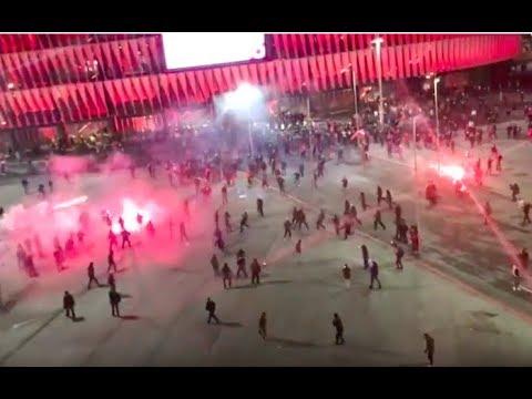 BATALLA campal entre los ULTRAS del Athletic y Spartak fuera de San Mamés en Bilbao