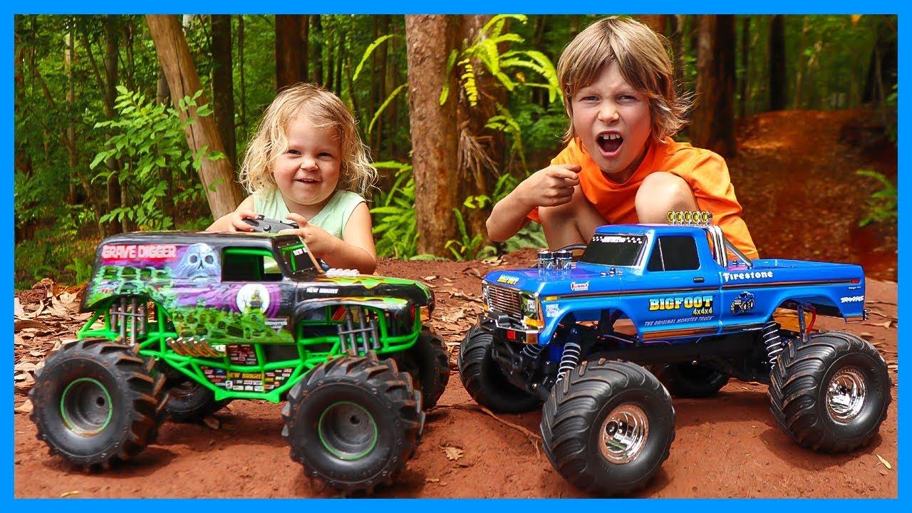 Rc Monster Trucks Traxxas Bigfoot Vs Grave Digger Youtube