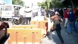 Aksi anarkis yang dilakukan oknum mahasiswa terhadap polwan di fly over makassar