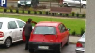 女性駕駛要倒車出庫就像是不可能的任務 thumbnail