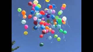 Выпускаем в небо много воздушных шариков .
