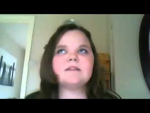 una niña que se altera y grita por no poder cantar con el tono de voz correcto