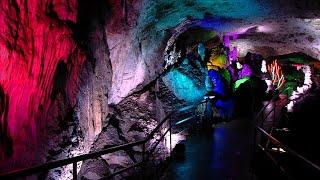 Bärenhöhle erstrahlt in märchenhaften Farben