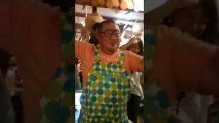 宮古島 島唄ライブのお店 うさぎ屋さんにて、芋洗坂係長が踊る.