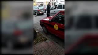 Video: Motociclista salteño enfurecido rompe vidrios a un auto