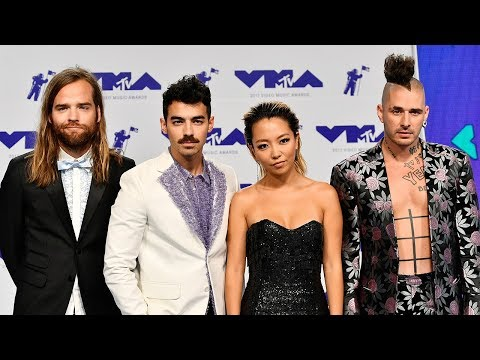 """DNCE Teams Up With Rod Stewart For """"Do Ya Think I'm Sexy"""" At 2017 MTV VMAs"""