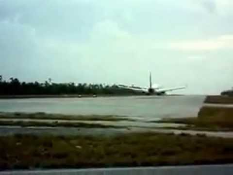 Air Pacific 737 landing at Bonriki Airport,Tarawa, Kiribati