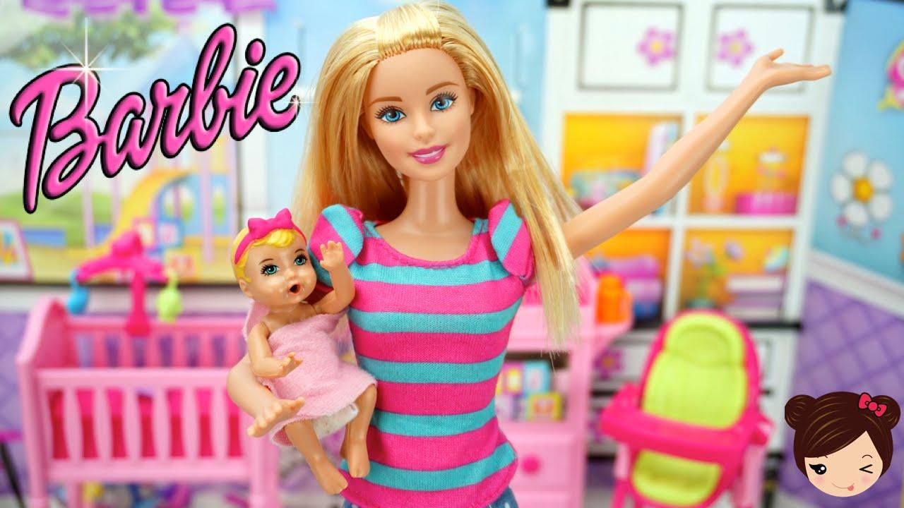 7dcac9cc242f9 Barbie Niñera - El Bebe de Barbie hace Pipi en su Pañal de Verdad - YouTube