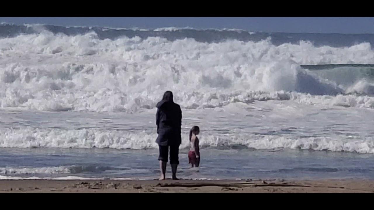 США Дите купается в январе в Океане, а мамаша и в ус не дует