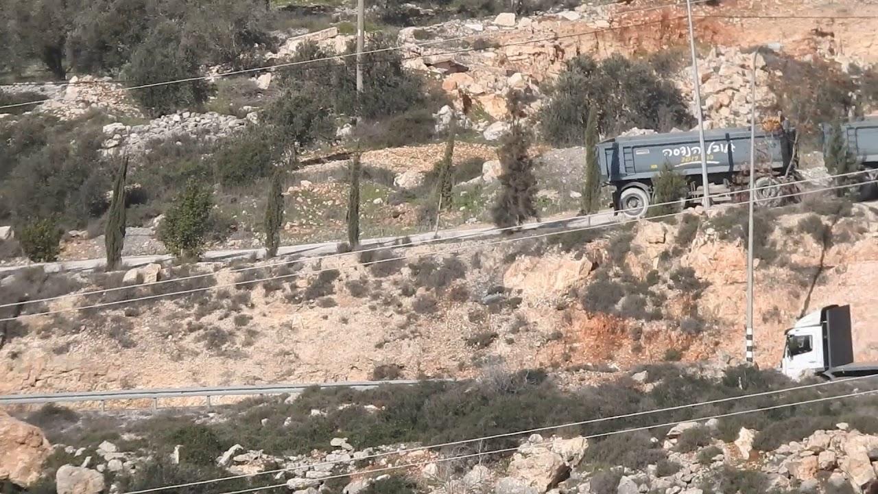 צפו: זריקת מטען הדמה לתוך משאית חומרי מחצבה שמועברת לשטחי הקו הירוק
