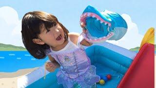 プールの中にサメがいる~!!?おともだちの魚が食べられた!?人魚姫ごっこ Pool Shark Attack Pirate