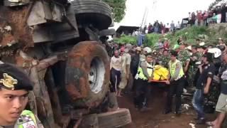 Detik-detik evakuasi korban kecelakaan beruntun di ciloto