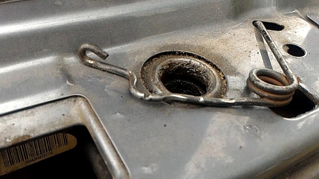 Замена пружины фиксации капота Opel Omega B.