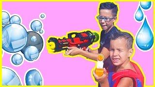 Бетмен против Суперменa, водный автомат Aqua energy против NERF. Видео для детей NERF WAR