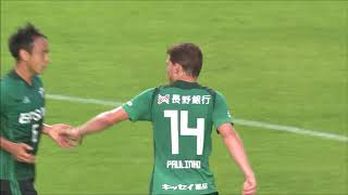 FKのチャンスから岩上 祐三(松本)がゴール前の混戦に浮き球を蹴り込む...