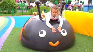 Max y Katy juegan con papá en el patio de recreo
