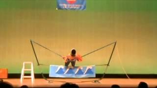 大道芸人太平洋による、綱渡りパフォーマンス。銚子市青少年文化会館にて。