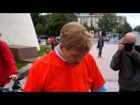 ,,Critical mass in Vilnius'' Dutch ambassador gave to the Mayor of Vilnius Dutch bicycle