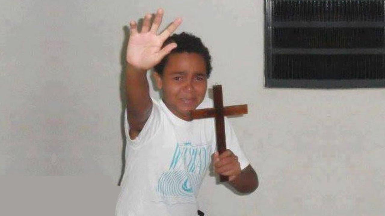 Пацан с крестом в руке мем