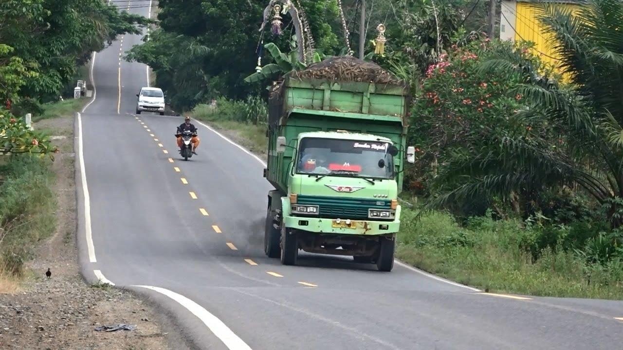 Dump Truk Hino Ranger Muatan Penuh Di Tanjakan - Truk Merayap Dari Bawah