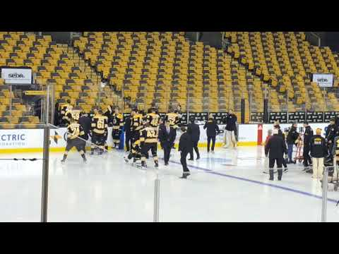 Patrice Bergeron, injured Boston Bruins forward, pushed out on ice in chair for team photo (video)