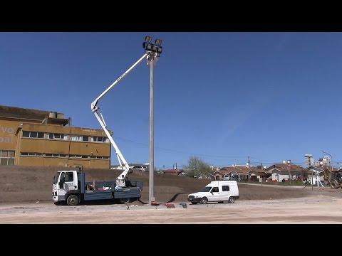 Se colocan las torres de iluminación en la obra de la cancha de hockey