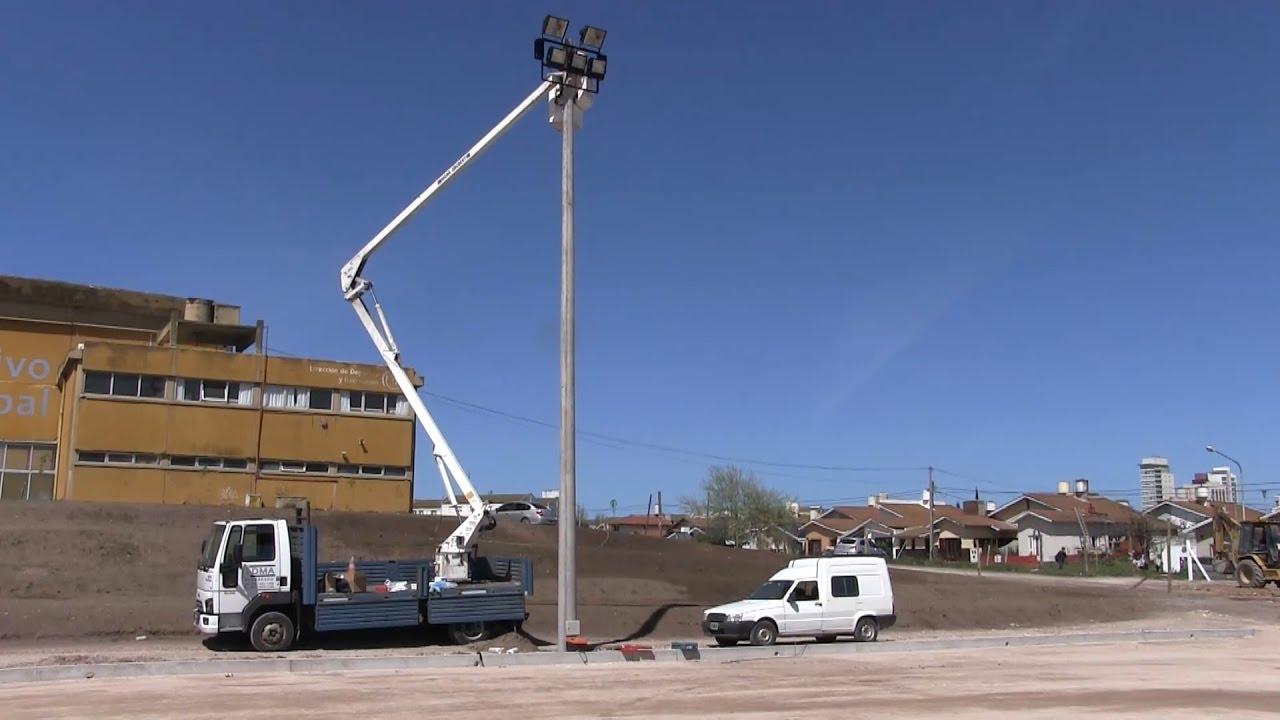 se colocan las torres de iluminación en la obra de la cancha de
