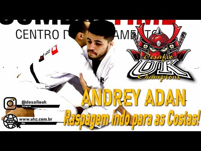 Andrey Adam ensina uma pegada pelas costas.