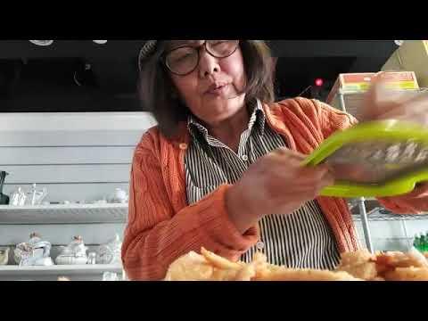 rouleaux-de-riz-dans-le-lit-de-salades-exotiques-au-saumon-grille