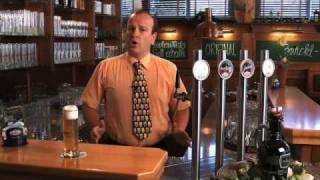 Der Weltmeister zeigt das Bierzapfen - Zwettler Bier