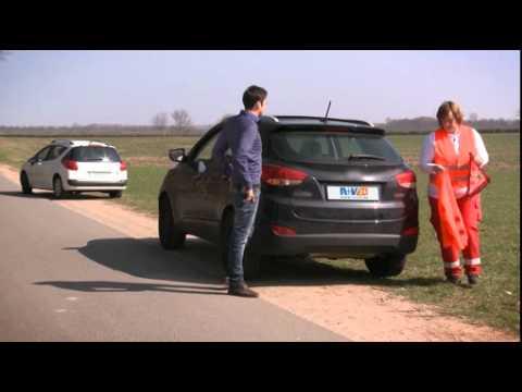 """Sich und andere schützen: Unfallort richtig absichern / R+V24-Initiative """"Sei ein Retter!"""""""