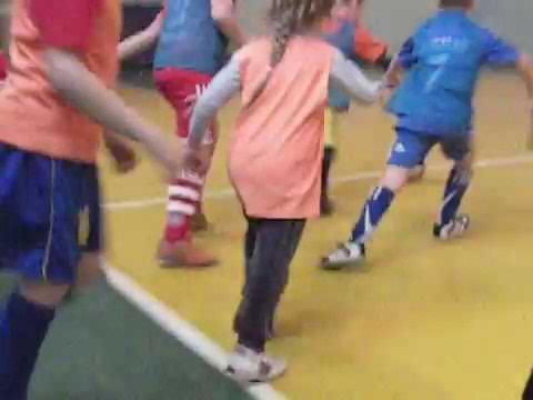 Игра в футбол, старшая группа. Оранжевые против синих
