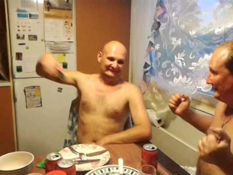 два накаченных мужика тоахнули телку в зад