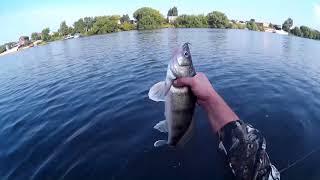 Риболовля на річці.Спінінг на плотику
