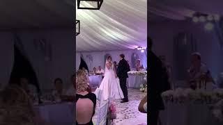 Жених и невеста исполнили трогательную совместную песню на свадьбе