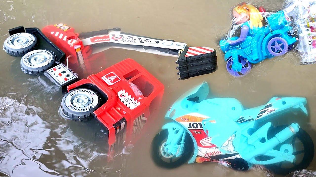 Mainan Mobil Truk Beko Excavator Besar Hanyut Di Irigasi, Truk Tronton Panjang, Motor, Mobil Balap