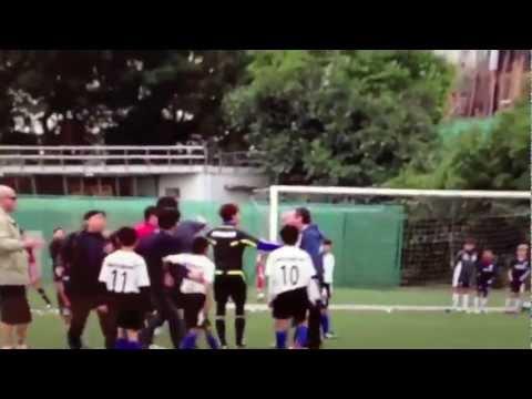 Pha bóng bạo lực của cầu thủ nhí U10.flv