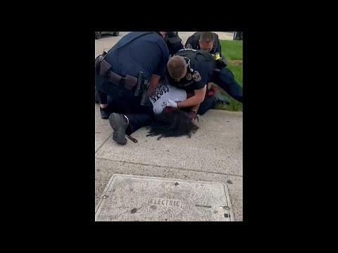 شاهد: ضابط شرطة يلكم متظاهرا عدة مرات أثناء عملية توقيفه في لويزفيل بولاية كنتاكي…  - نشر قبل 2 ساعة