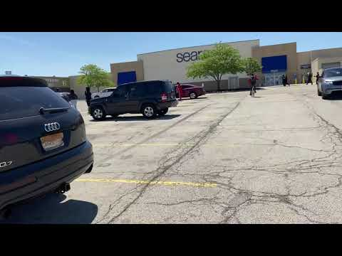 Looting at North Riverside Park Mall
