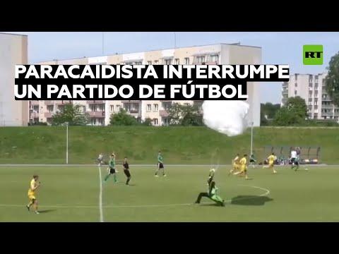 Un paracaidista cae en un campo de fútbol y el árbitro le saca tarjeta amarilla
