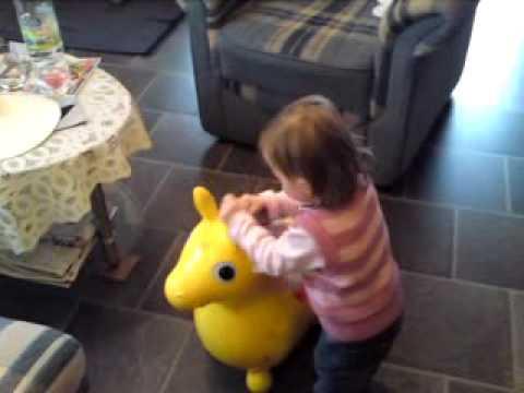 Melina mit Rody dem Hüpfpferd unterwegs