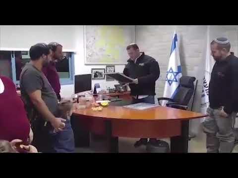 צפו: שני תושבי השומרון שחיסלו מחבלים מקבלים תעודת הוקרה