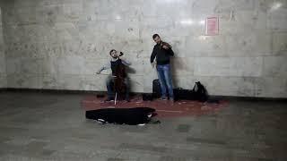 Музыка в метро. Из сериала Игра престолов.