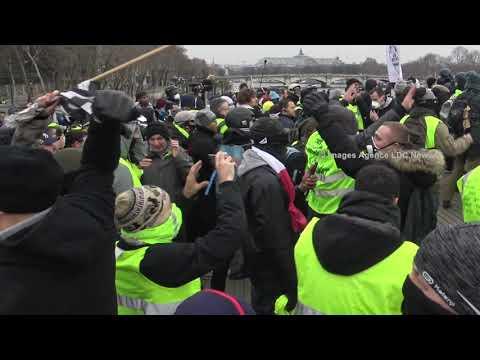 Coups de savate à la tête, du boxeur sur un Gendarme Mobile. Paris /France - 5 Janvier 2019