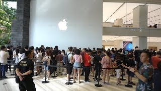 Gambar cover Apple Store Opening Jewel Singapore + Interview of the first person in line.